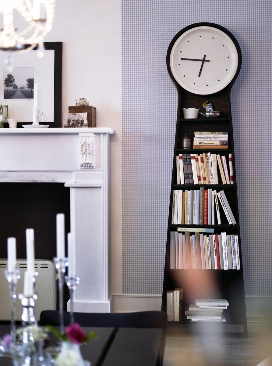 jam dinding dengan fungsi penyimpanan