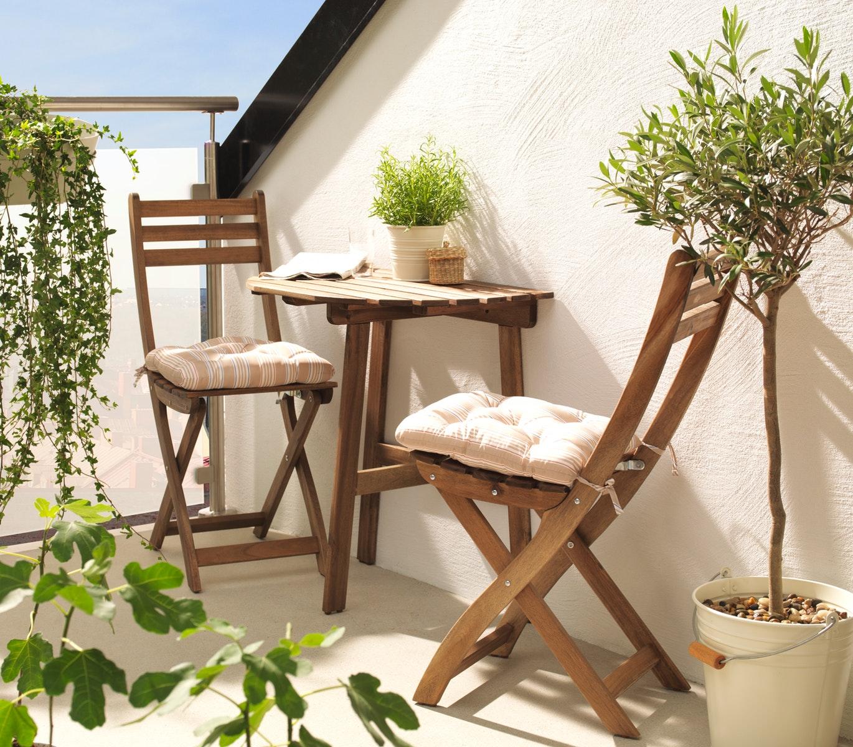 Meja taman kayu minimalis dekat dinding