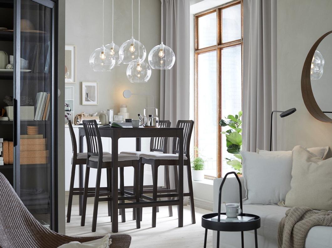 Ciptakan ruang makan dan ruang keluarga sederhana namun tampak klasik dengan meja bar dengan 4 tempat duduk tinggi EKEDALEN abu-abu gelap, dengan sofa tempat tidur HOLMSUND putih dan kap lampu kaca bening JAKOBSBYN.