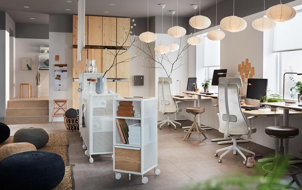 Kantor kecil ini didekorasi dengan kursi putar IKEA JÄRVFJÄLLET, kabinet penyimpanan IVAR dan meja kerja BEKANT dengan permukaan pinus veneer untuk tampilan modern.