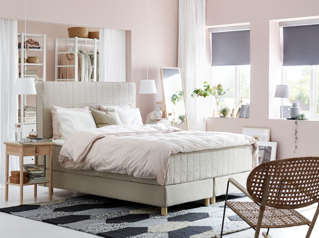 Dipan IKEA HOMMELVIK beige memiliki kepala tempat tidur yang empuk sehingga Anda dapat menempatkan tempat tidur Anda di tengah ruangan.