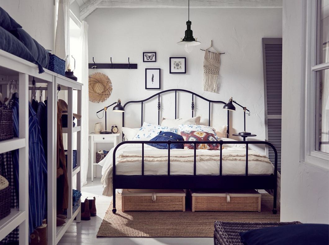 IKEA SAGSTUA adalah rangka tempat tidur klasik dengan sentuhan kuningan. Kepala tempat tidur yang berlekuk dan detail berwarna kuningan melembutkan nuansa baja yang kuat.
