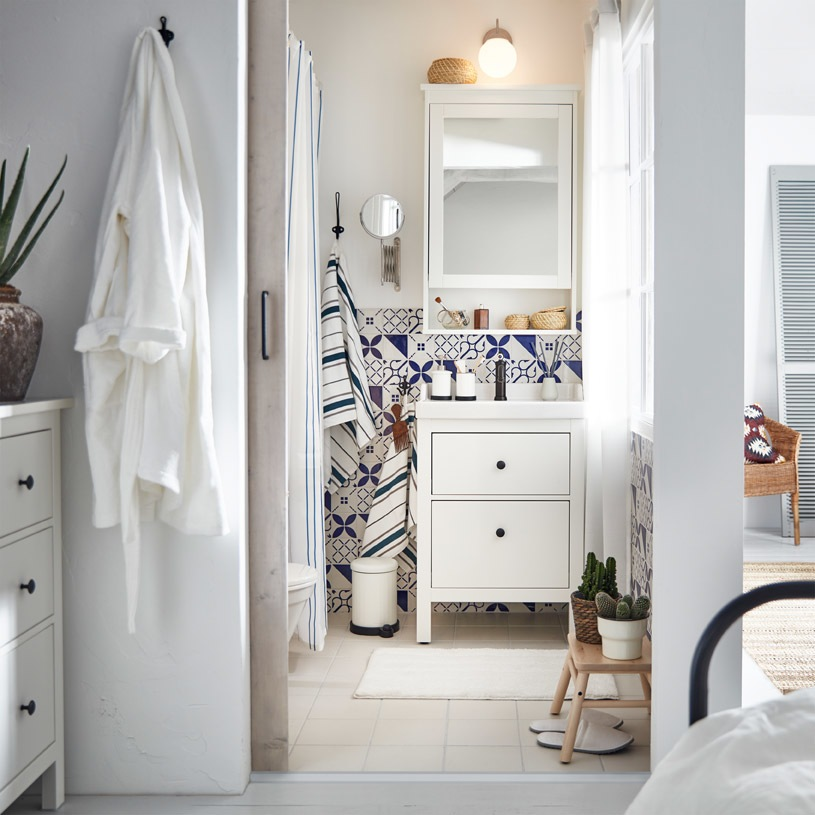 HEMNES/RÄTTVIKEN wash-stand with HAMNSKÄR wash-basin mixer tap provides uncluttered close-at-hand storage in a traditional style that suits many.