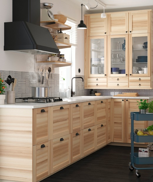 A wooden IKEA kitchen with black FOKUSERA extractor hood, winner of a 2019 Red Dot Award