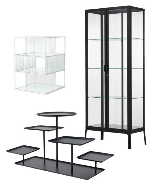 Tiga produk yang dirancang untuk memajang koleksi. Kabinet tinggi MILSBO dengan bagian depan kaca dan bingkai hitam, kotak pajangan kaca SAMMANHANG dan display stand SAMMANHANG  warna hitam dengan 5 baki.