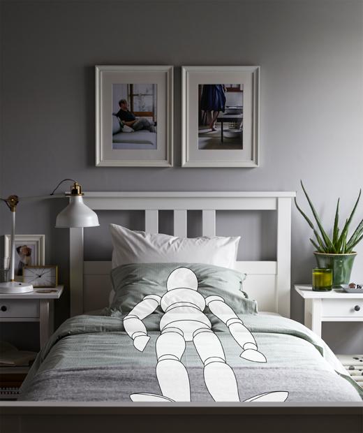 Ilustrasi seseorang yang berbaring dengan posisi menyerupai janin di atas tempat tidur. Lapisan kain yang membentuk kanopi menggantung dari atas langit-langit.