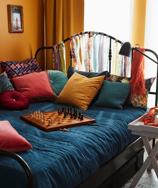 Tempat tidur lebar dibagi di tengah-tengah dengan tirai yang menggantung, salah satu sisinya digunakan sebagai tempat bekerja.