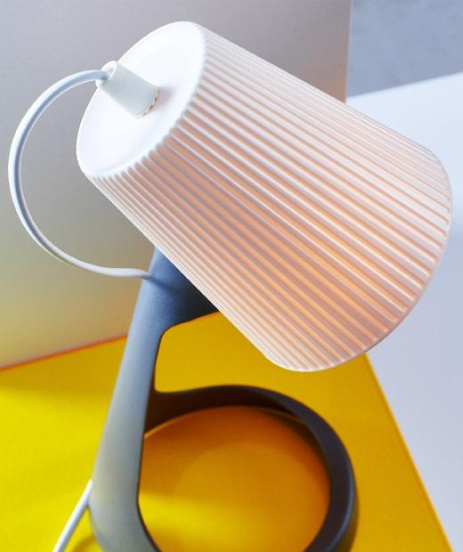 Tampilan secara dekat kap lampu putih pada lampu kerja.