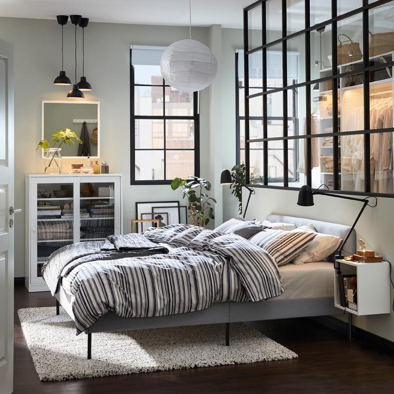 Lampu sorot URSHULT LED yang akan memudahkan Anda untuk menemukan yang Anda butuhkan di lemari. Kabinet dinding EKET dapat dijadikan sebagai meja samping tempat tidur, dengan ruang yang cukup untuk meletakkan lampu baca dan semua koleksi buku favorit Anda.