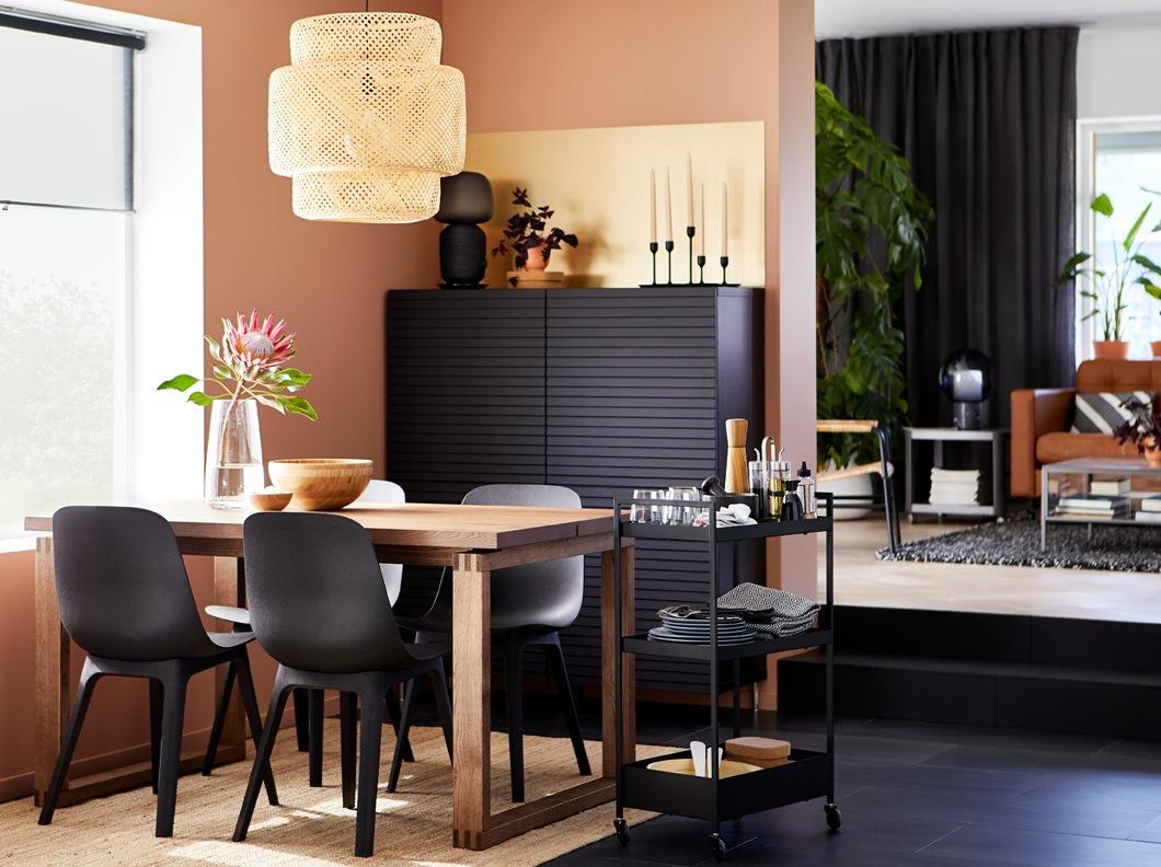 Padukan kursi ODGER dengan meja MÖRBYLÅNGA yang juga hadir dengan konsep ramah lingkungan. Terbuat dari kombinasi kayu dan particleboard, meja ini terlihat sederhana namun tetap kokoh.