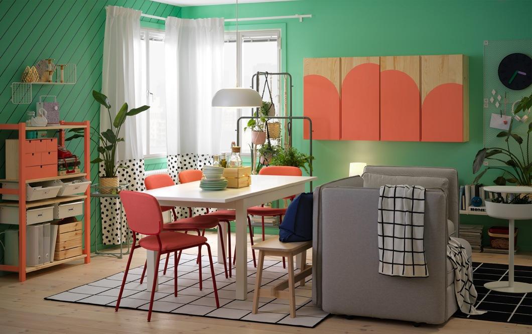 Meja LANEBERG yang dapat dipanjangkan akan menghemat tempat ketika Anda membutuhkan ruang lebih banyak untuk bersosialisasi. Dengan warna putih polos, meja ini cocok untuk desain ruang makan minimalis sederhana Anda. Padukan dengan kursi KARLJAN warna merah untuk sentuhan menyegarkan di ruang makan.