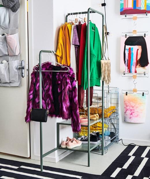 Pojok ruangan khusus untuk lemari pakaian terbuka, tergantung di rak baju dan terlipat di dalam peti kawat.