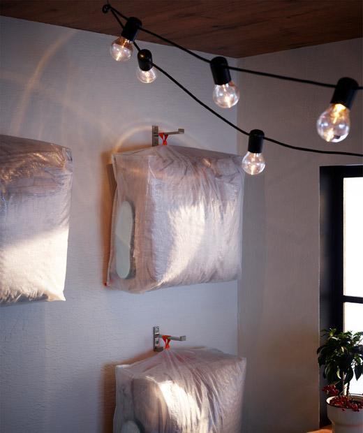 Diatur dan digantung di dinding , tempat penyimpanan digunakan untuk menyimpan perlengkapan tidur dan aksesoris malam hari (seolah disiapkan untuk para tamu).