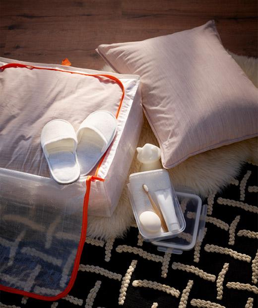 Diletakkan di lantai, tempat penyimpanan yang setengah terbuka menampung perlengkapan tidur, sandal, sikat gigi, pasta gigi, sabun, handuk dan lampu tidur.