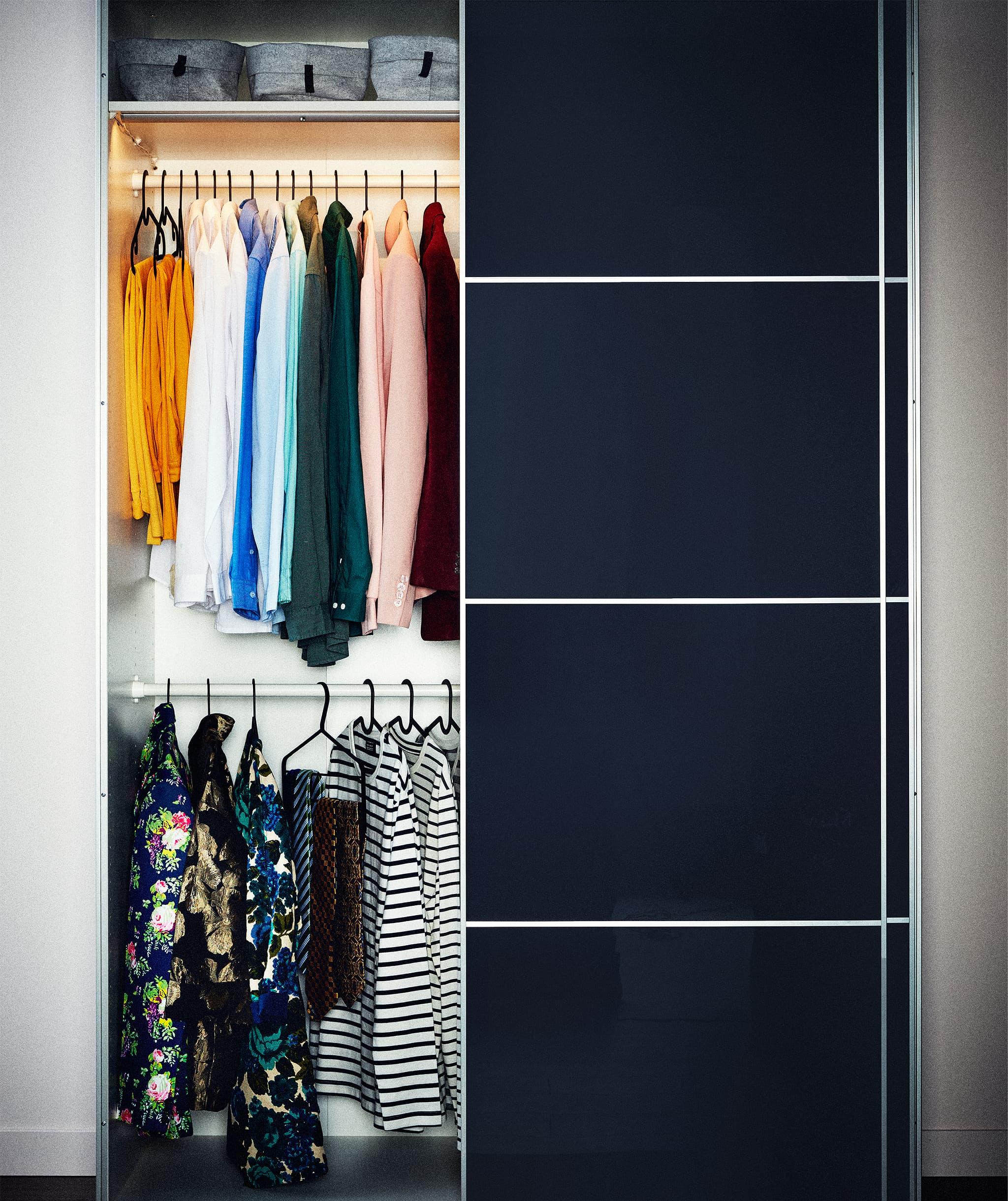 Bagian lemari pakaian dengan dua laci yang ditarik sebagian, keduanya diisi dengan pakaian yang dilipat rapi yang tertata rapi (tidak ditumpuk).