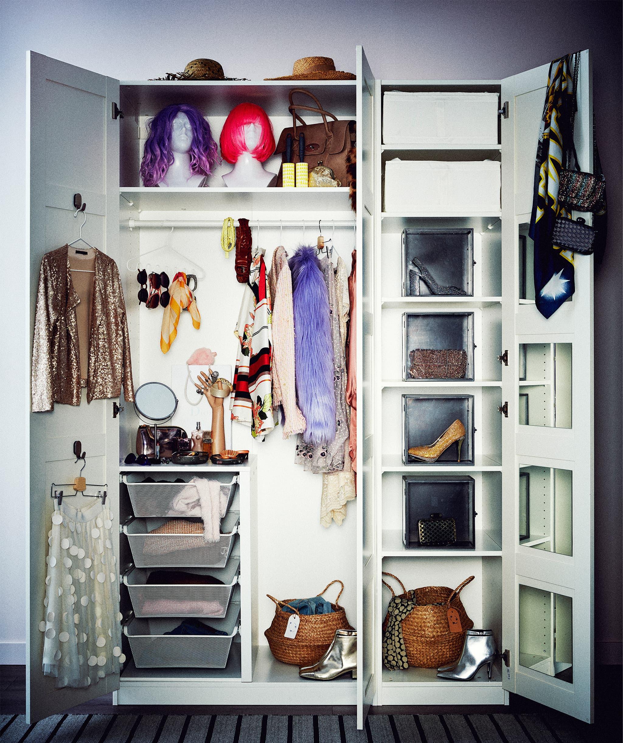 Gabungan lemari dua pintu dan satu pintu, pintu terbuka untuk menampilkan pakaian di dalamnya; dan berbagai penyimpanan.