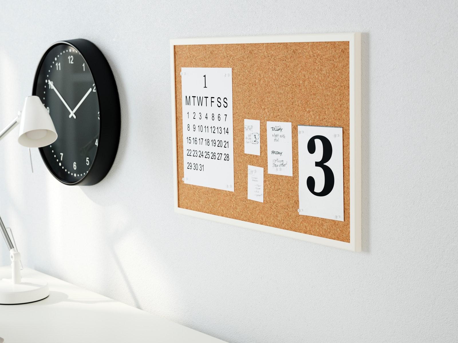 dekorasi dinding kamar dengan papan memo