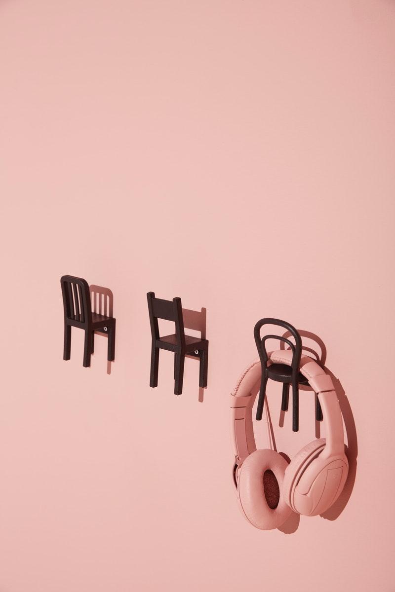 Pengait dengan bentuk menarik menjadi dekorasi dinding kamar yang fungsional
