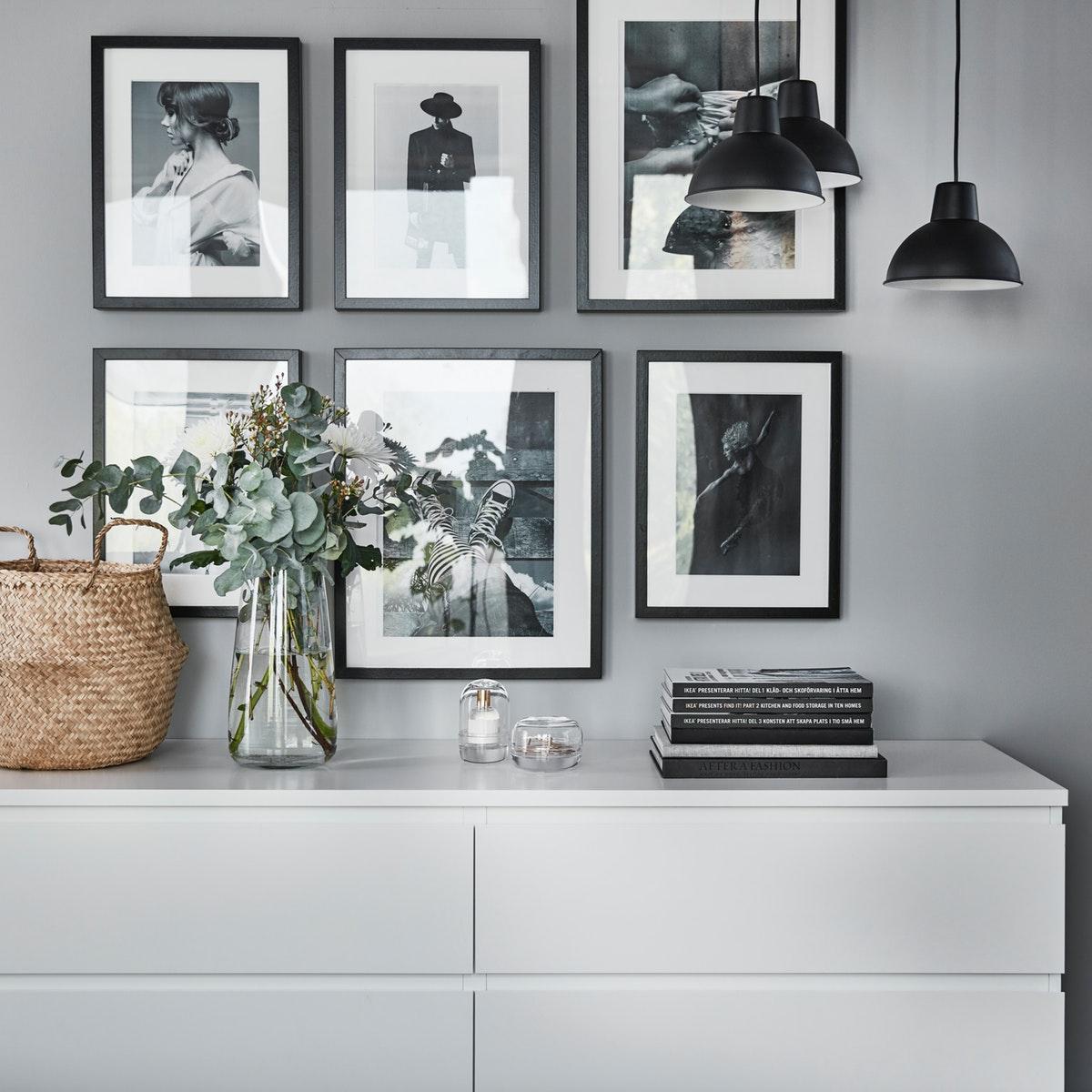 dekorasi ruang tamu minimalis dengan bingkai foto