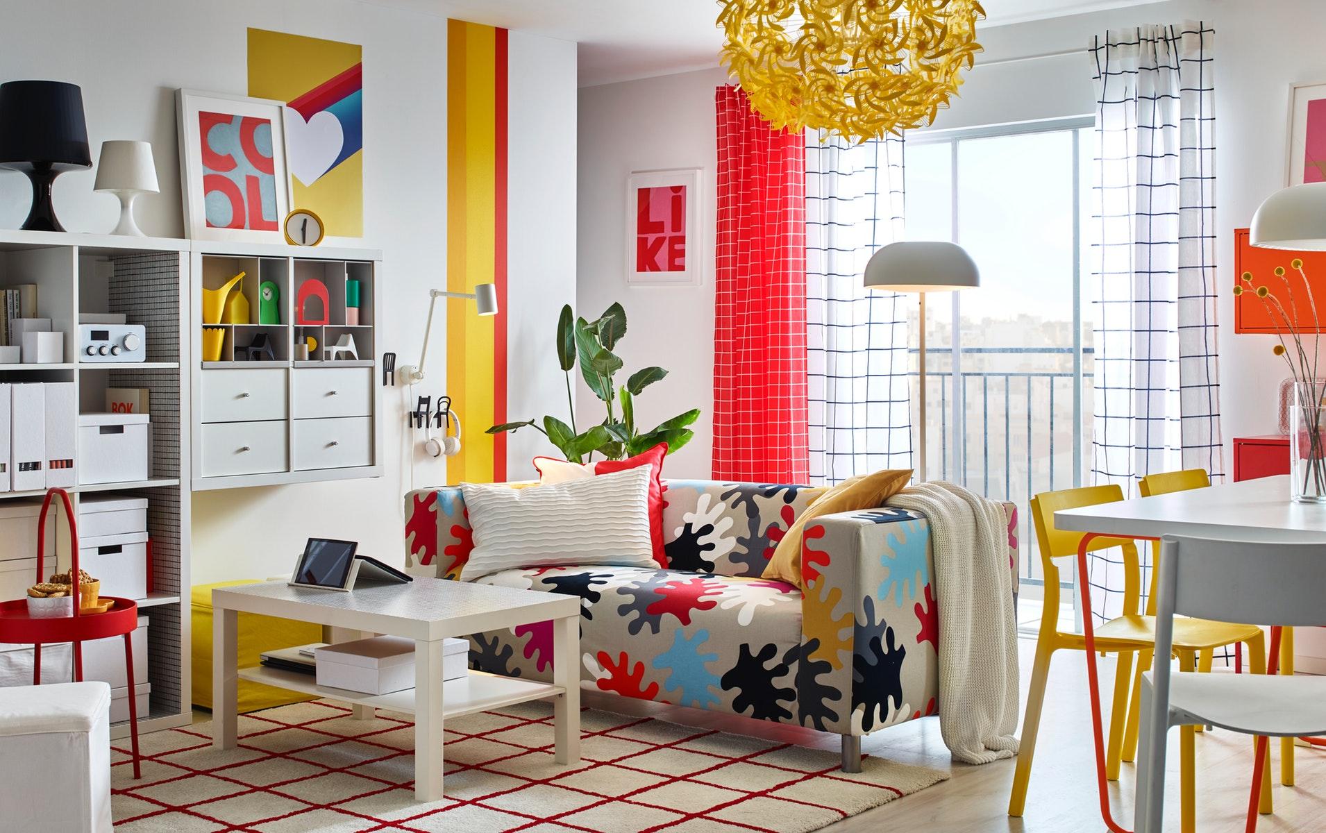 dekorasi pola warna warni di ruang tamu minimalis