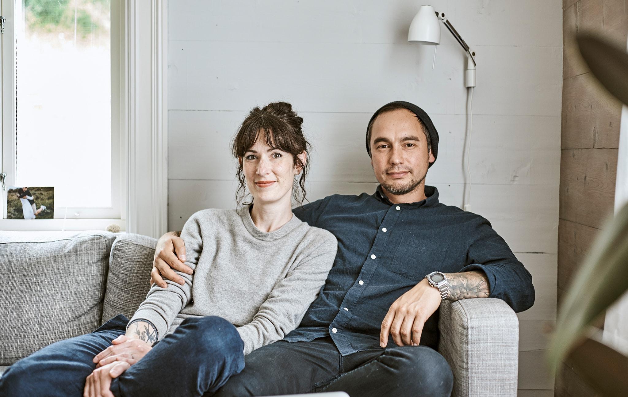 Rena dan Sam duduk bersama di sofa di rumah pertanian Norwegia mereka.