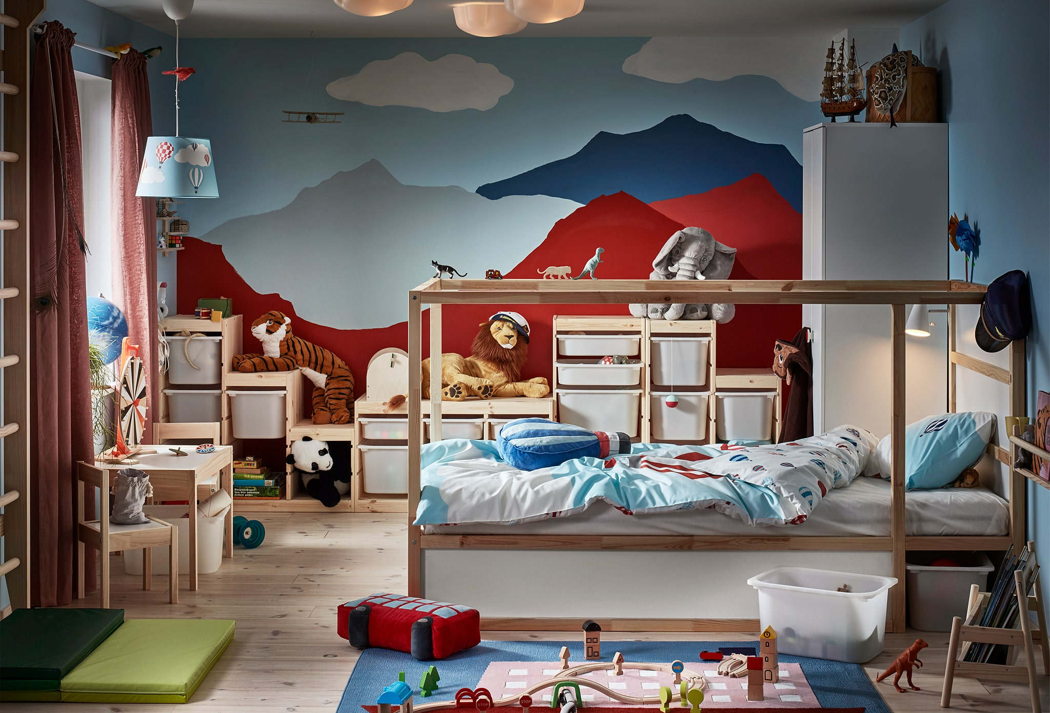 Kamar anak-anak secara visual didominasi oleh dinding belakang dengan lukisan pegunungan. Tempat tidur yang dapat dibalik, permainan memanjat dinding, mainan, berbagai penyimpanan.