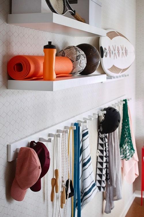 Penyimpanan dinding sangat cocok untuk kamar kos sempit