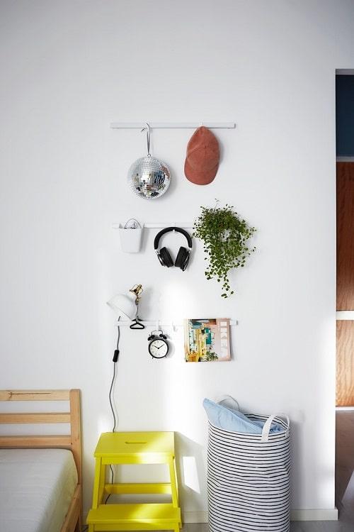 Penyimpanan di area dinding sangat cocok untuk kamar kos sempit