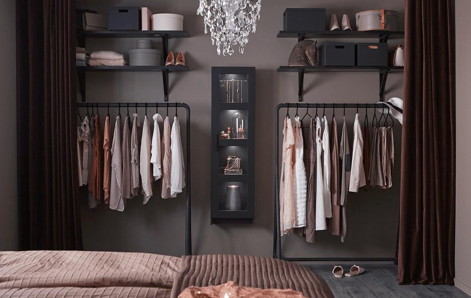 Lemari pakaian menggunakan rak dan gantungan baju