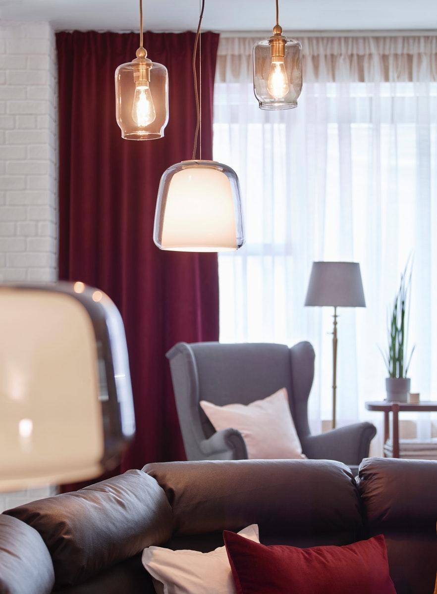 ukuran ruang tamu dengan lampu hias