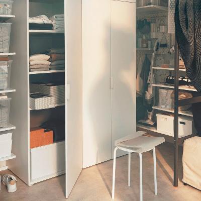 gunakan ketinggian dinding kamar untuk memaksimalkan fungsi lemari baju