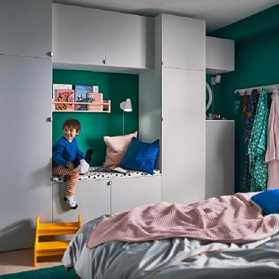gunakan ketinggian dinding kamar untuk memaksimalkan fungsi lemari pakaian