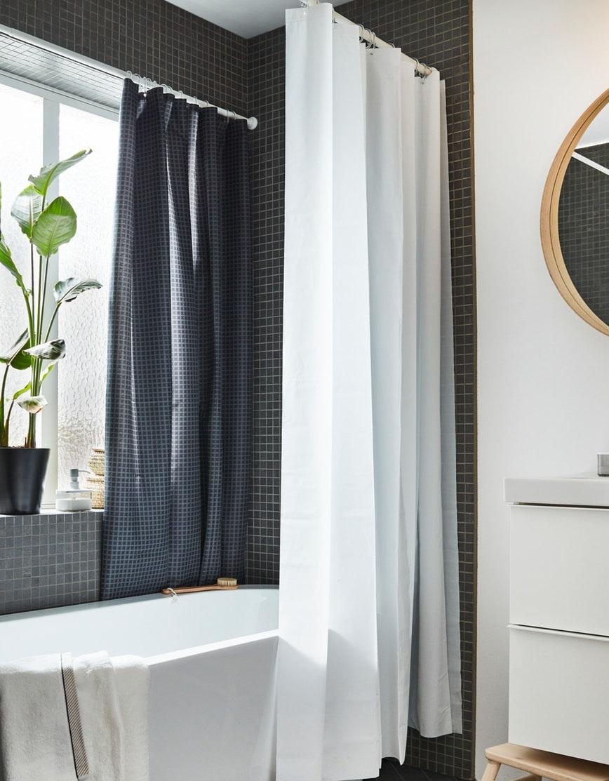 Cahaya alami menjadikan suasana kamar mandi jadi menyegarkan