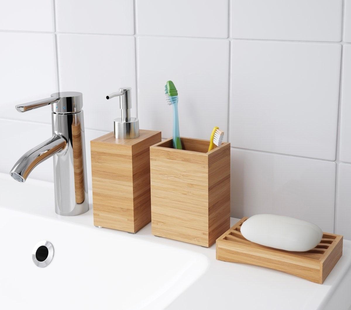 Kamar mandi kreatif dengan perabot bambu
