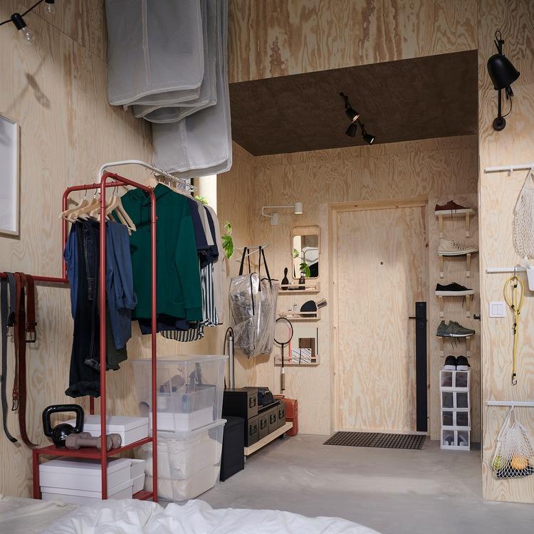 Lorong berukuran kecil dengan dinding yang tinggi, batang untuk menggantung pakaian dan braket yang dipasang secara vertikal untuk memberikan ruang untuk pakaian dan sepatu.