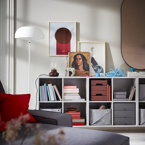 Unit penyimpanan kombinasi EKET berwarna abu-abu muda yang dipasang di dinding menawarkan penyimpanan terbuka untuk menyimpan buku, keranjang, kotak penyimpanan, dan lainnya.