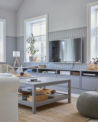 Ruang keluarga dimana meja TV HAVSTA abu-abu dan dua meja tamu HAVSTA berwarna abu-abu menciptakan gaya yang terkoordinasi.