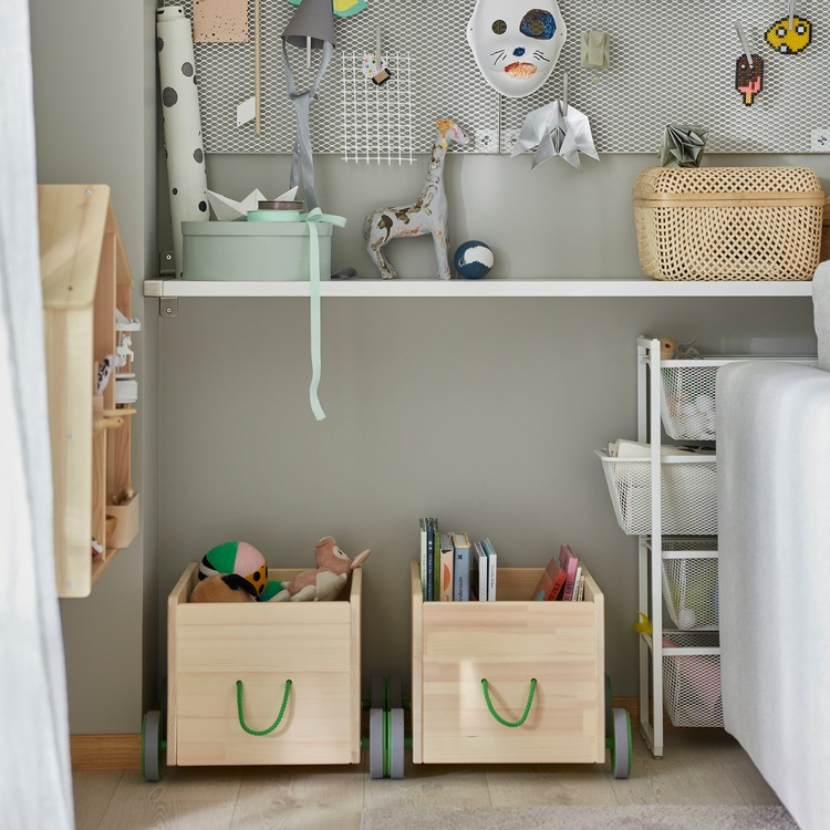 Dua unit penyimpanan mainan FLISAT dengan material kayu pinus solid dengan roda abu-abu dan pegangan berwarna hijau untuk menyimpan buku anak-anak dan banyak lagi.