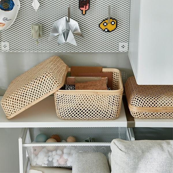 Kotak penyimpanan SMARRA dengan material bambu terletak di atas rak. Tidak memakai tutup dan Anda dapat melihat beberapa buku catatan yang disimpan di dalamnya.