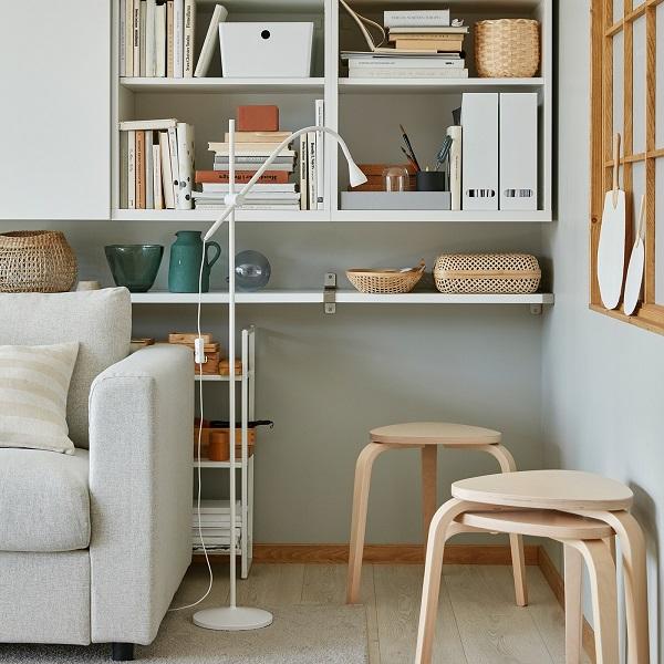 Tiga kursi KYRRE yang dapat ditumpuk dengan material birch terletak di sudut ruang keluarga dan menawarkan tempat duduk tambahan bila diperlukan.