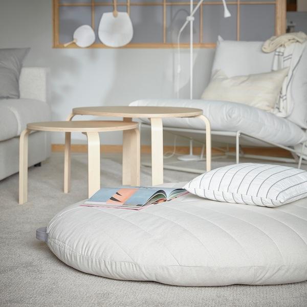 Sebuah pouffe DIHULT dengan pegangan terletak di ruang keluarga dan dilapisi sebuah karpet, dan pouffe tersebut menawarkan tempat duduk yang nyaman dan cukup luas untuk anak-anak.