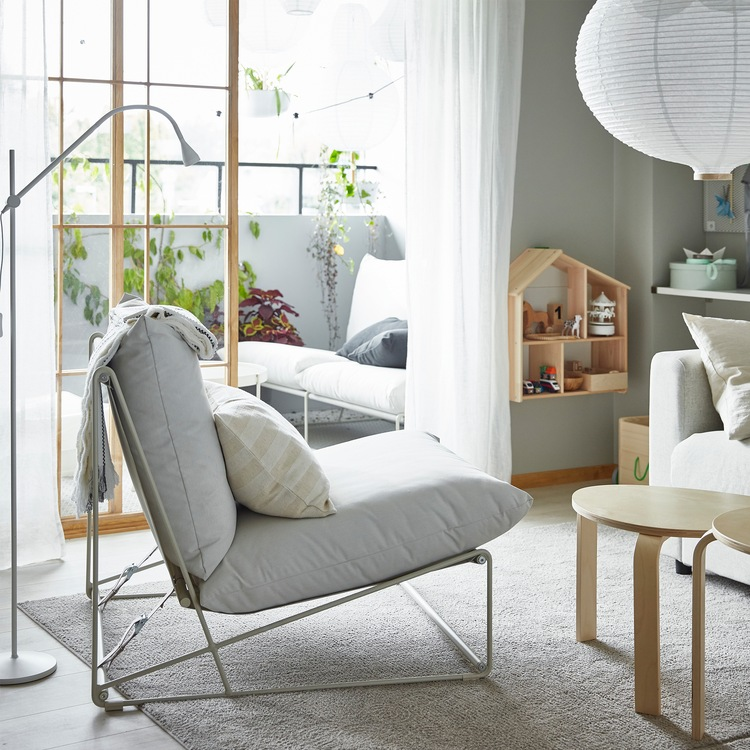 Kursi malas HAVSTEN berada di ruang keluarga dan sofa 2 kursi HAVSTA di balkon – dapat digunakan baik di dalam maupun di luar ruangan.