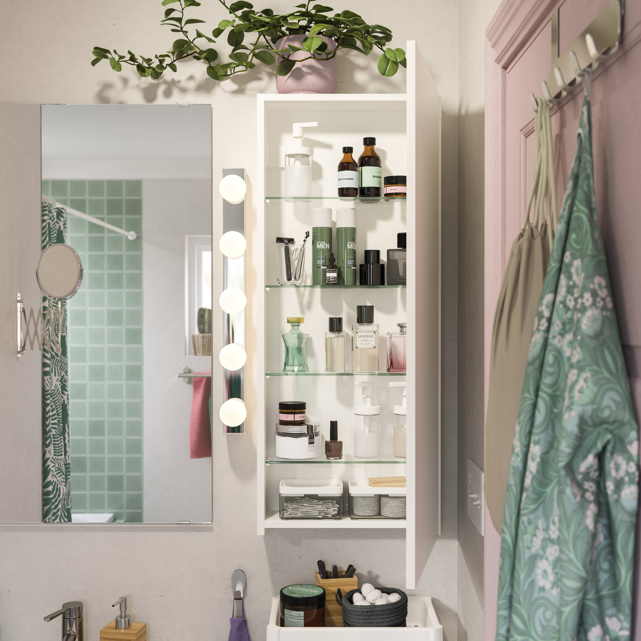 Kabinet dinding berdesain ramping dipasang di sebelah cermin. Pintunya terbuka dan parfum, krim wajah dan produk lainnya berada di atas rak.