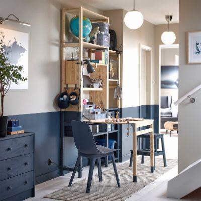 Unit penyimpanan IKEA IVAR dengan meja yang dapat dilipat adalah solusi kantor rumahan yang tidak membutuhkan banyak ruang, sehingga cocok untuk ruang yang sempit, seperti koridor.