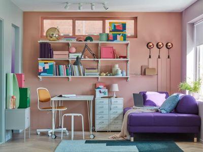 Kombinasi penyimpanan LIXHULT hadir dengan warna-warni cerah agar suasana kerja Anda lebih menyenangkan. Sofa tempat tidur FLOTTEBO yang nyaman untuk dijadikan ranjang darurat untuk tidur yang singkat –  atau tempat tidur tambahan jika ada tamu yang mendadak datang menginap.