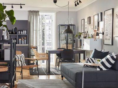 Ruang makan dan ruang keluarga gabungan dengan gaya yang terkoordinasi menggunakan perabot rotan dan warna-warna cokelat, abu-abu, dan antrasit.