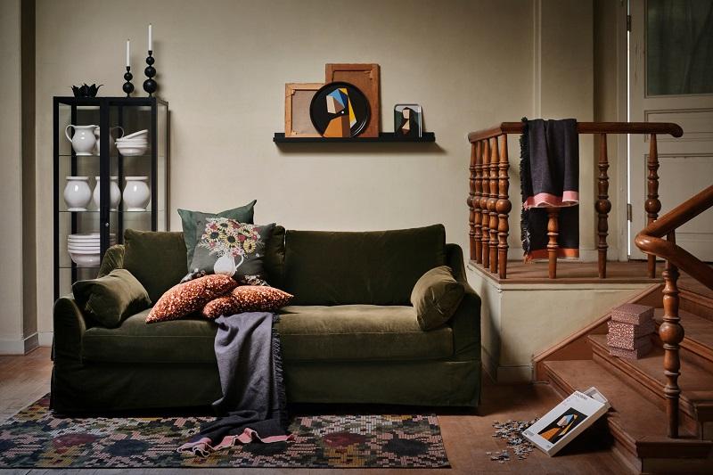 Beberapa produk dari koleksi DEKORERA IKEA berada di ruang tamu bernuansa tradisional berwarna hijau dengan tampilan yang hangat.