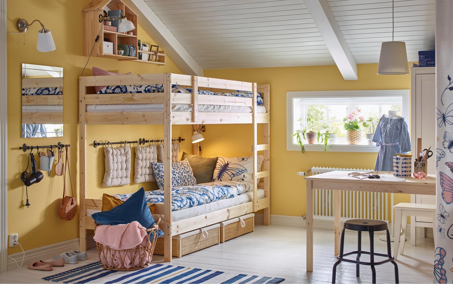 Tempat tidur tingkat dengan dua tempat tidur yang bagian bawah ranjangnya