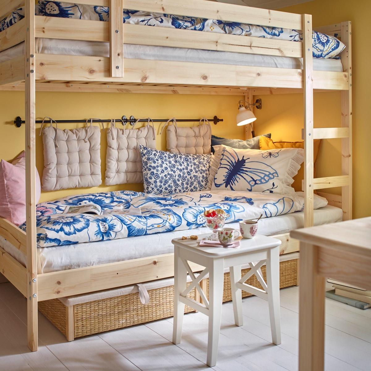 Tempat tidur tingkat dengan dua tempat tidur yang dapat