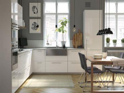 Sebuah dapur modern yang terang dan luas dengan detail kayu